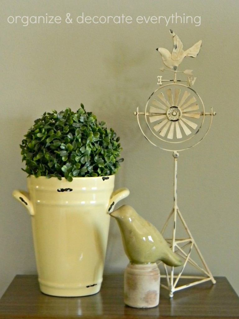 Dining table rotating centerpiece for