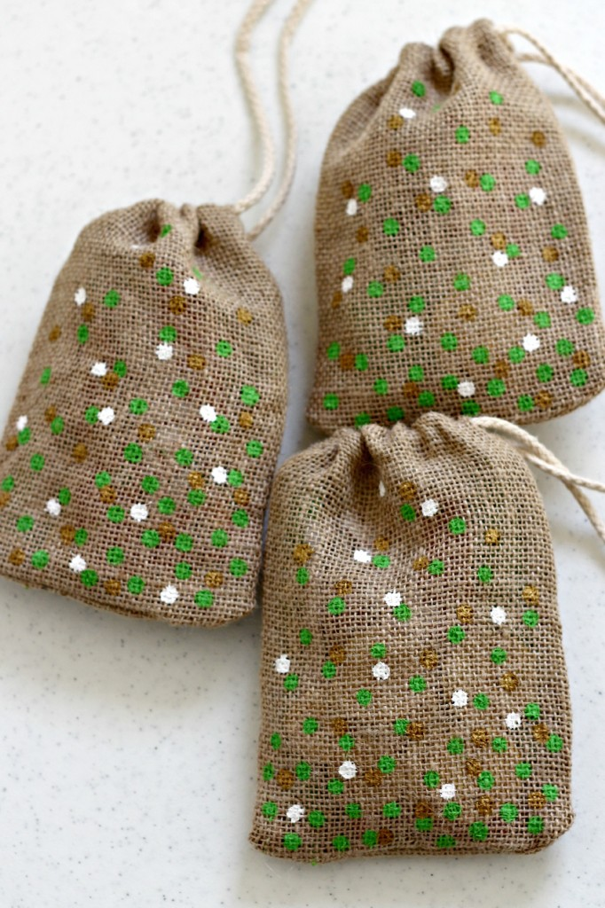 DIY St. Patrick's Day Confetti Burlap Bags - Easy gift idea!