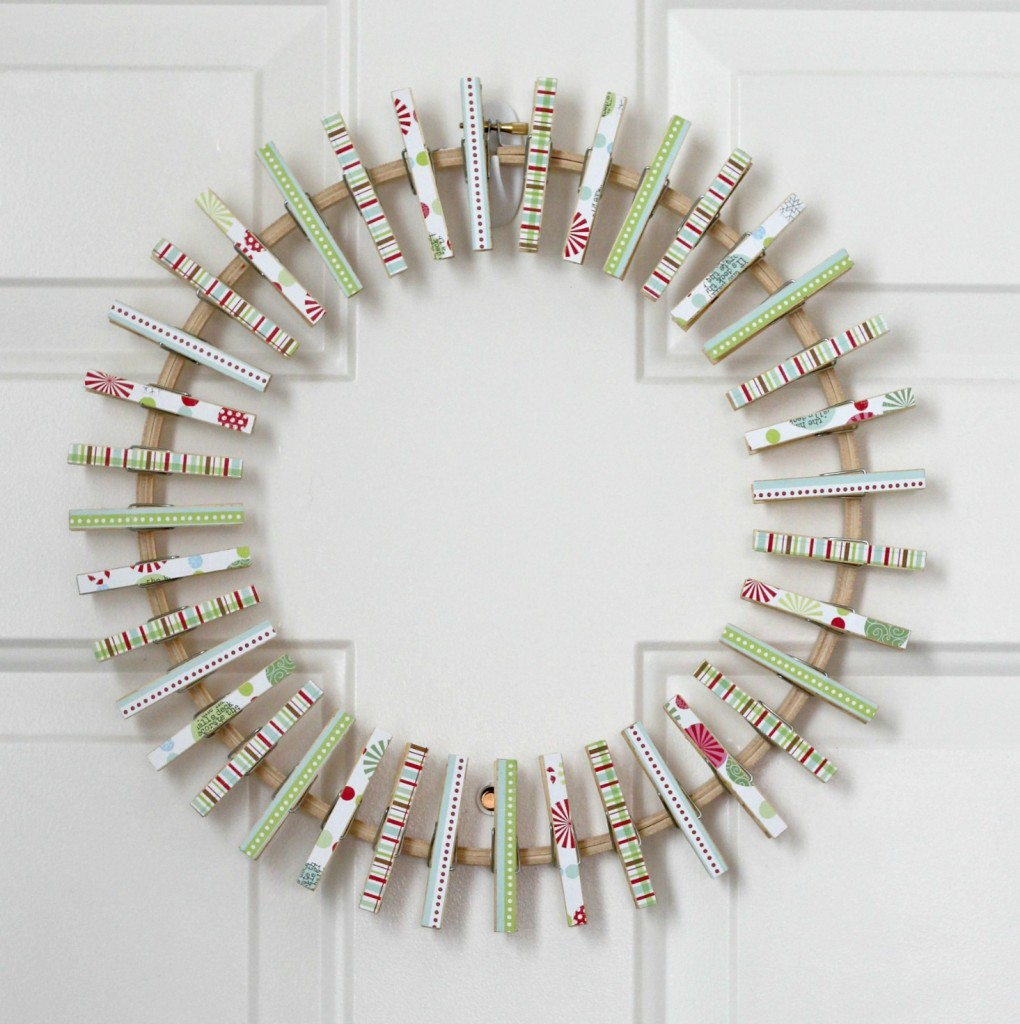 christmas-card-wreath-clothespins-on-hoop