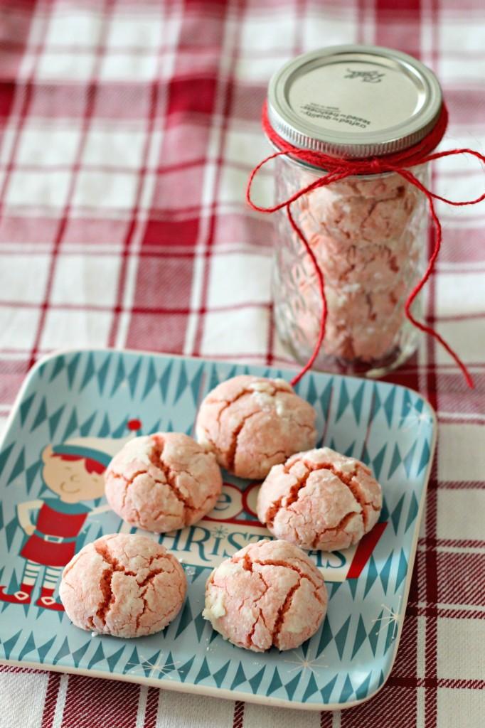 santa-crinkle-cookies-on-christmas-plate