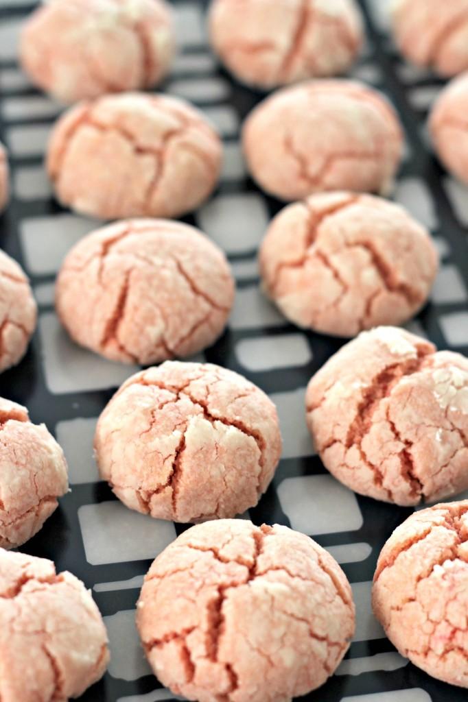 santa-crinkle-cookies-cooling