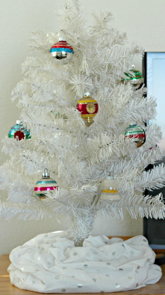 thrifty-christmas-decorating-scarves